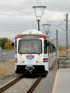 UTA_TRAX_approaching_Murray_North_station